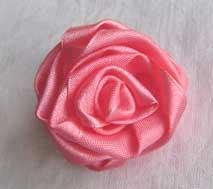 Очень часто в магазинах можно встретить массу красивых цветков, сделанных из шелковой ленты.