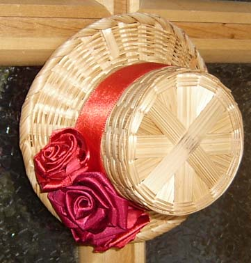Ход работы: Сначала сделайте три розочки.  См. Как сделать бутон розы из ленты.  Возьмите шляпку и наклейте вокруг...