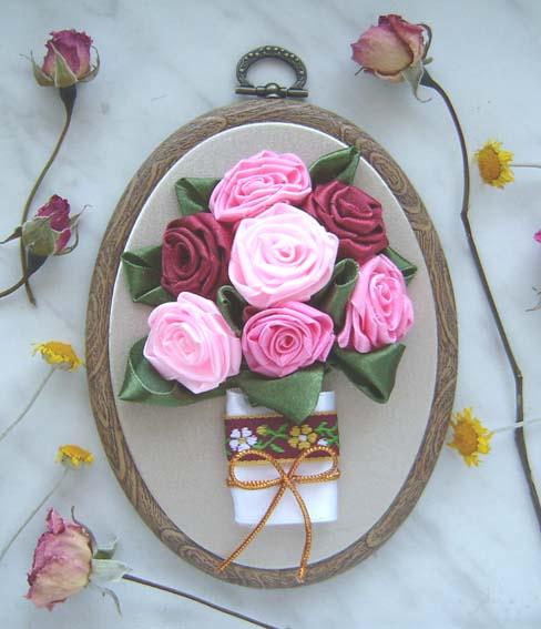 Композиция с розами из атласных лент.