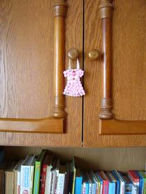 Декоративное платьице на ручке шкафа