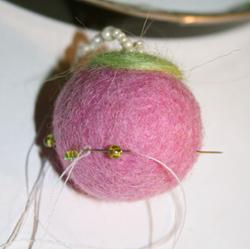 Новогодние украшения из войлочных шариков