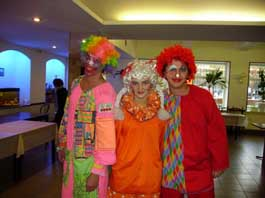 детей встречали клоуны